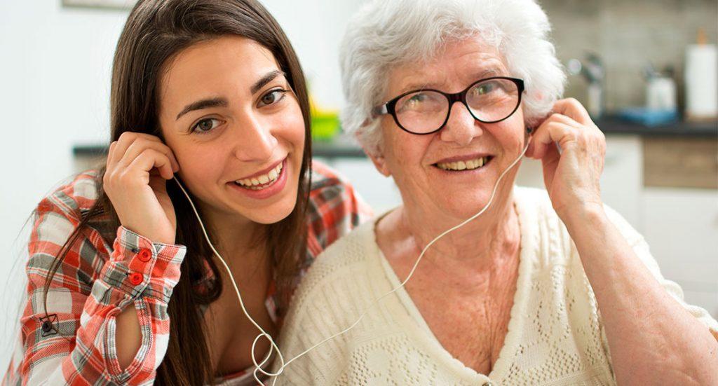 Razones por las que se recomienda poner música de su vida a una persona que presente alzhéimer